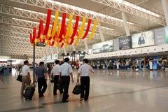 Geschäftsleute am Flughafen, der geht einzuchecken Lizenzfreies Stockbild