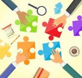 Geschäftsleute Hand, diepuzzlespiel-Schreibtisch herstellen Stockfoto