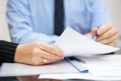 Geschäftsleute im Büro Dokument besprechend und analysierend Stockbild