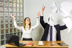 Geschäftsleute regten das glückliche Lächeln auf und oben warfen Papiere, Dokumente, fliegen in einer Luft, Erfolgsteamkonzept Lizenzfreies Stockfoto
