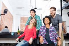 Geschäftsleute Spaß, der Bürostuhlrennen spielt Stockfotos