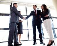 Geschäftsleute, welche die Hände, beendend oben, sich zu treffen rütteln Lizenzfreies Stockbild
