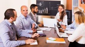 Geschäftsleute während der Telefonkonferenz Stockfotografie