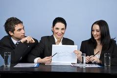 Geschäftsleute zeigen Finanzdiagramm bei der Sitzung Stockbilder