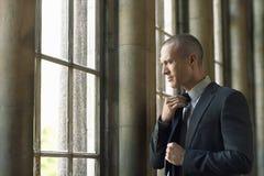 Geschäftsmann Adjusting Tie Stockbild