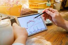 Geschäftsmann arbeitet mit Diagramm auf Tablette Stockfotos