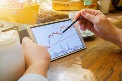 Geschäftsmann arbeitet mit Diagramm auf Tablette Lizenzfreie Stockbilder