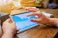 Geschäftsmann arbeitet mit Diagramm auf Tabletten-PC Lizenzfreies Stockfoto