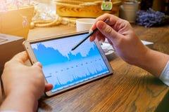 Geschäftsmann arbeitet an Tabletten-PC im Café Lizenzfreies Stockbild