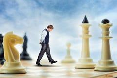Geschäftsmann auf dem Schachbrett Stockfotos