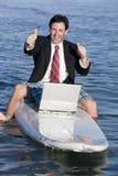 Geschäftsmann auf Surfbrett Lizenzfreies Stockbild