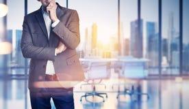 Geschäftsmann auf unscharfem Bürohintergrund Lizenzfreie Stockfotos