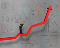 Geschäftsmann auf wachsendem rotem Pfeil mit Geschäft kritzelt Stockbilder