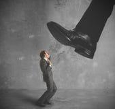 Geschäftsmann belastet durch Steuern Stockfotografie