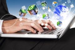 Geschäftsmann übergibt das Schreiben auf Laptoptastaturverbindung der Welt Stockfotografie