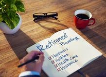Geschäftsmann Brainstorming mit Ruhestandsvorsorge Lizenzfreies Stockfoto