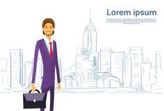 Geschäftsmann Cartoon über Skizzen-Stadt-Wolkenkratzer Lizenzfreie Stockfotografie