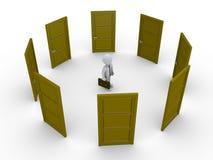 Geschäftsmann denkt, welche Tür zum zu wählen Stockfotografie