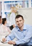 Geschäftsmann, der Anmerkungen auf Sitzung macht Stockbilder