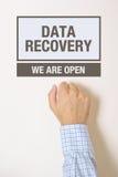 Geschäftsmann, der auf Daten-Wiederaufnahme-Bürotür klopft Lizenzfreies Stockbild