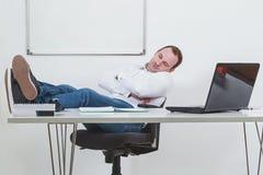 Geschäftsmann, der auf dem Job bei der Arbeit schläft Stockfotos