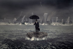 Geschäftsmann, der auf dem Meer mit Krisensturm steht Lizenzfreie Stockfotos
