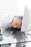 Geschäftsmann, der auf einer Tastatur schläft Stockfotografie