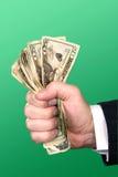 Geschäftsmann, der Bargeld zusammendrückt Lizenzfreie Stockbilder