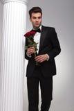 Geschäftsmann, der Blumenstrauß von roten Rosen in seiner Hand hält Stockfoto