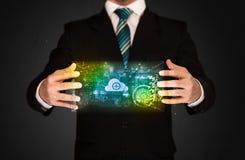 Geschäftsmann, der Datenwolke hält Stockfoto