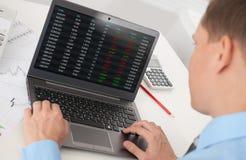 Geschäftsmann, der die Börse analysiert Lizenzfreie Stockfotos