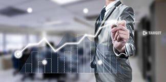 Geschäftsmann, der an digitalem Diagramm, Geschäftsstrategiekonzept arbeitet Lizenzfreies Stockbild