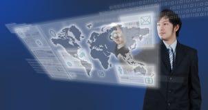 Geschäftsmann, der an digitalem Geschäftsthema des virtuellen Schirmes 3D arbeitet Lizenzfreie Stockfotografie