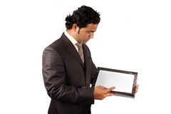 Geschäftsmann, der Dokumente überprüft Stockbilder