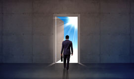 Geschäftsmann, der durch offene Tür geht Stockfoto