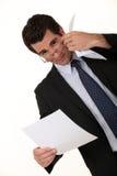 Geschäftsmann, der ein Dokument liest Stockbilder