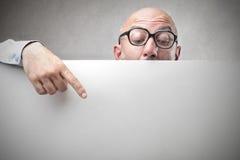 Geschäftsmann, der ein leeres Papier zeigt Lizenzfreies Stockbild