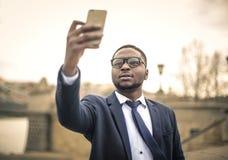 Geschäftsmann, der ein selfie nimmt Stockfotografie