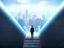Geschäftsmann, der ein Stadtbild betrachtet Stockbilder