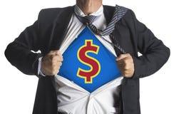Geschäftsmann, der eine Superheldklage unter Dollarsymbol zeigt Lizenzfreies Stockfoto