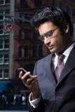 Geschäftsmann, der eine Textmeldung liest Stockbilder
