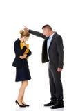 Geschäftsmann, der an einem Kollegen schreit Stockfotos