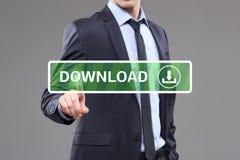 Geschäftsmann, der einen Downloadknopf auf virtuellem Schirm berührt Hintergrund der blauen Farbe Lizenzfreies Stockfoto