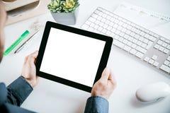 Geschäftsmann, der einen leeren Tabletten-PC hält Lizenzfreies Stockbild