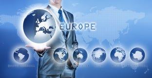 Geschäftsmann, der Europa-Kontinent auf virtuellem digitalem Schirm wählt Lizenzfreies Stockbild