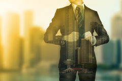 Geschäftsmann, der für das Schauen seines Erfolgsgeschäfts steht Lizenzfreies Stockfoto