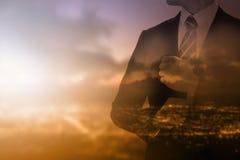 Geschäftsmann, der für das Schauen seines Erfolgsgeschäfts steht Stockbild
