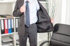 Geschäftsmann, der im Büro ankommt Stockfoto