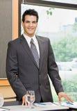 Geschäftsmann, der im Konferenzsaal aufwirft Stockbild