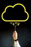 Geschäftsmann, der LAN-Kabel verstopft, um an Wolkenservice anzuschließen Stockbilder
